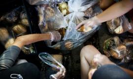 Frivillige hænder hjælper med at pakke brød
